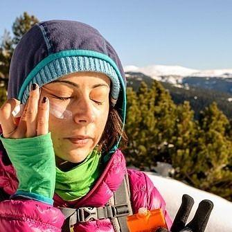 ¿debo proteger mi piel cuando subo a la montaña? crema protección solar